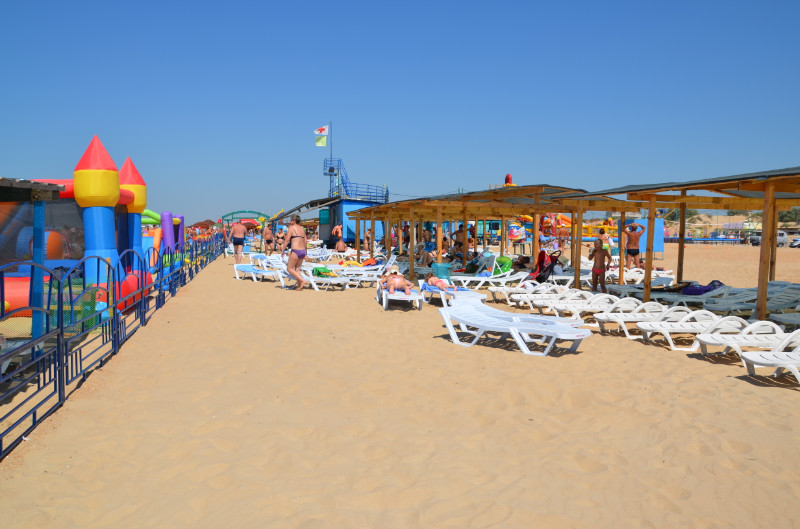 Песчаный пляж Витязево около санатория Бригантина